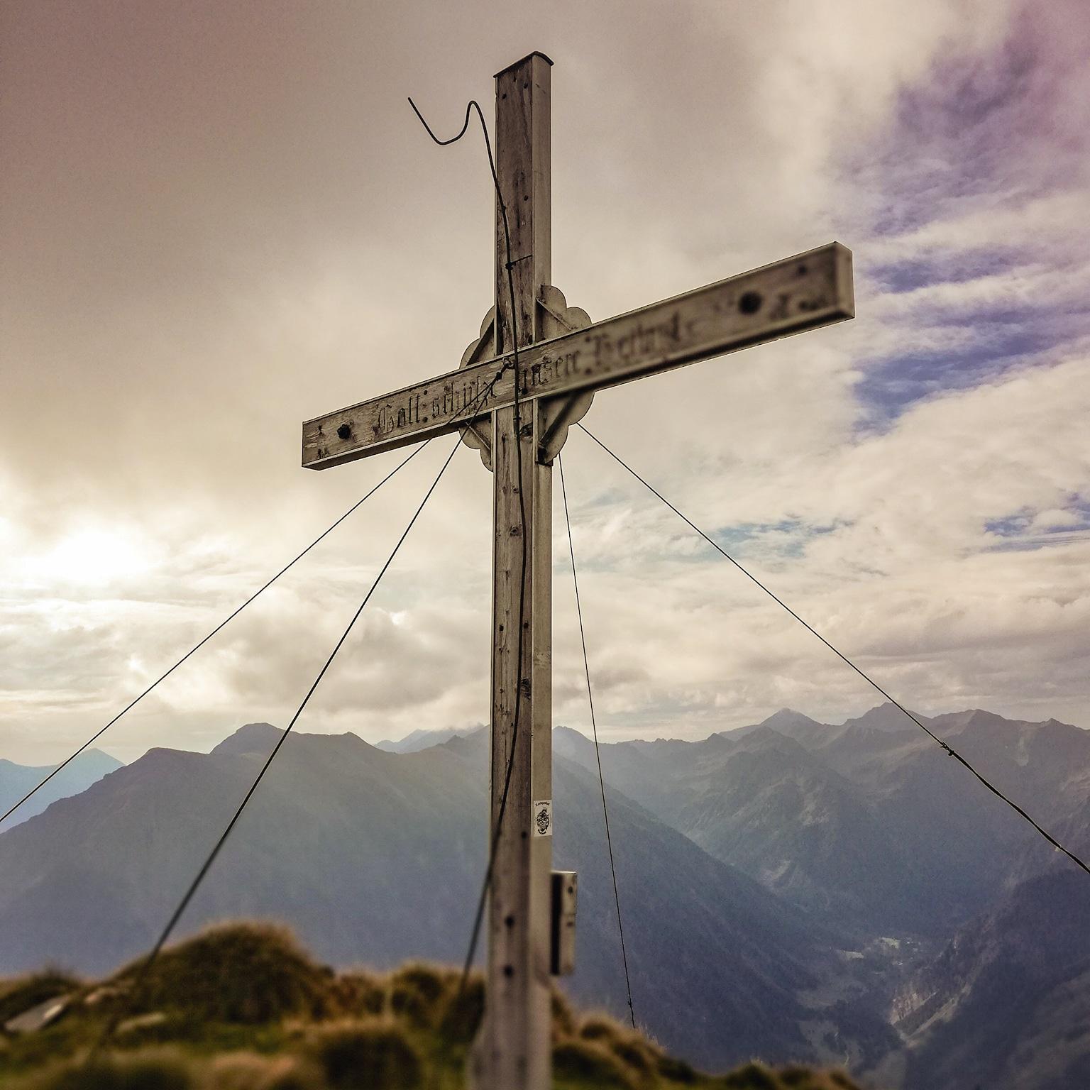 Gipfelkreuz Spateck kurz vor Nebeleinbruch